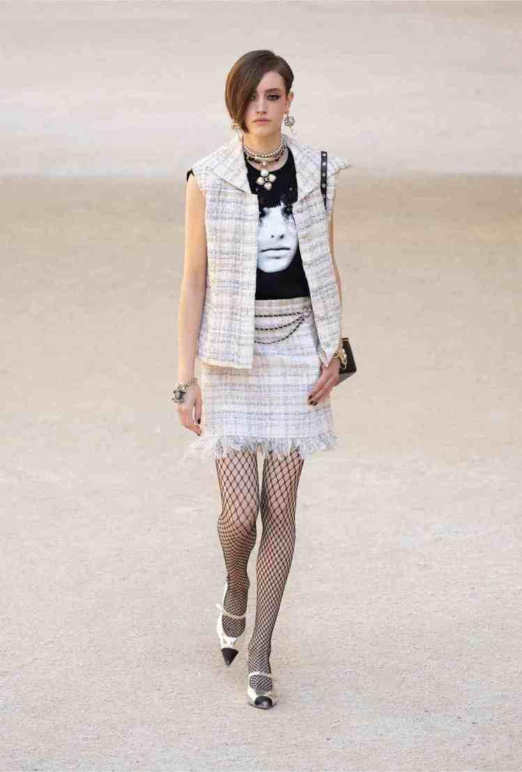 網襪、印著模特兒Lola Nicon龐克妝容的肖像T恤、流蘇皮革元素和繫在腳上的...