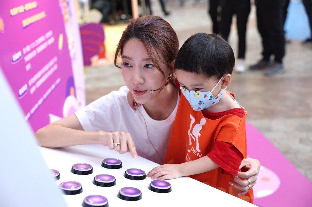 宋米秦(左)陪著慢飛天使在親子互動展闖關。記者王聰賢/攝影