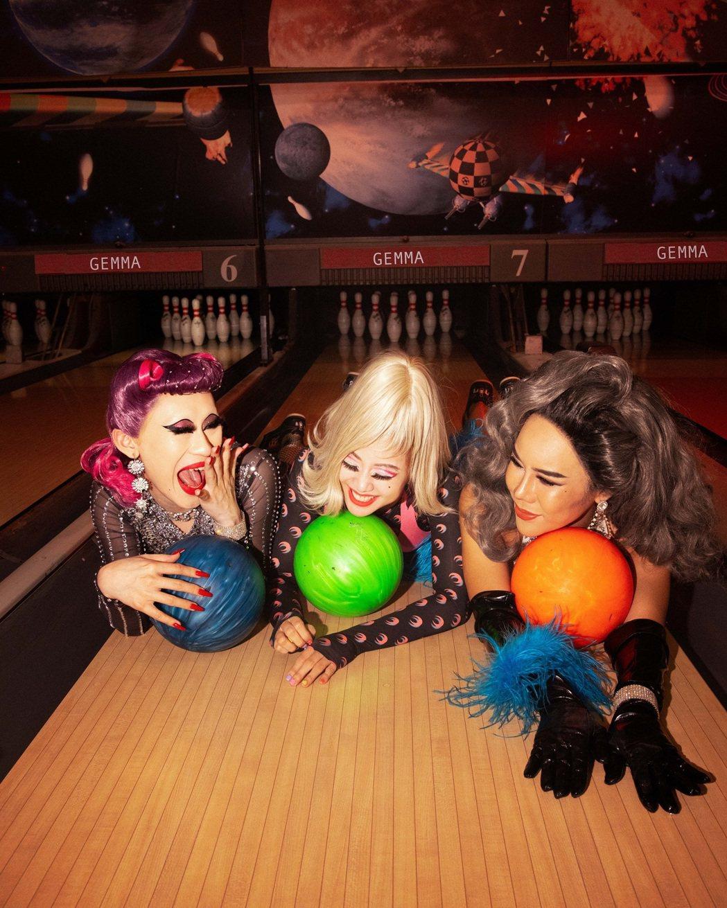 鬼鬼(中)與Drag Queen將保齡球道當作時尚伸展台。圖/愛貝克思提供