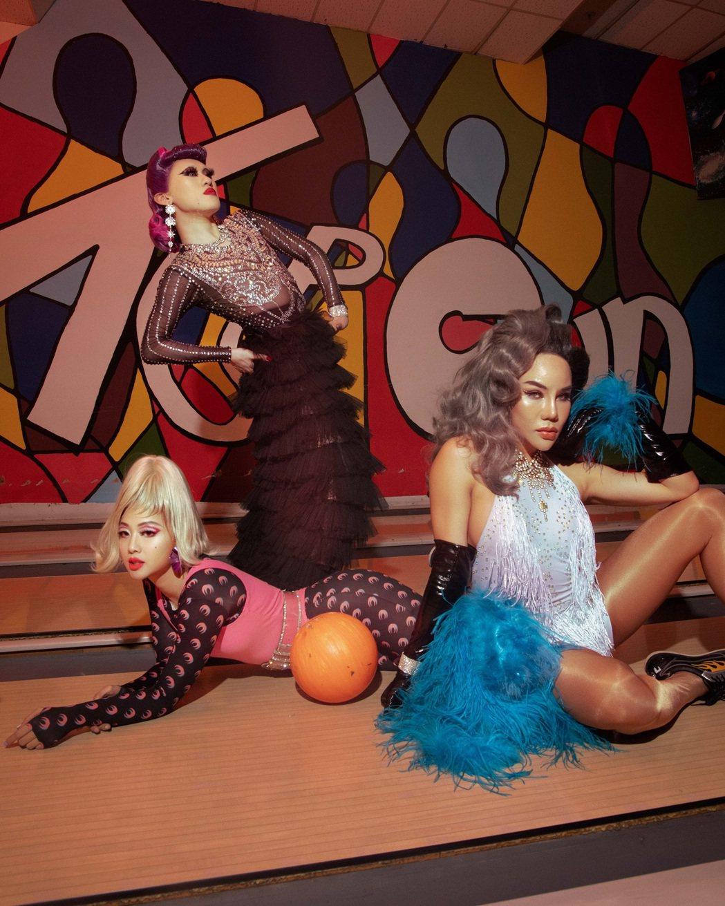 鬼鬼(左)與Drag Queen將保齡球道當作時尚伸展台。圖/愛貝克思提供