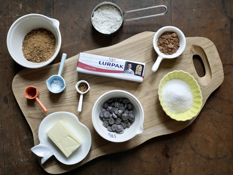 Lurpak於官網推出蒜味乾酪脆餅、風味糖霜磅蛋糕等3款糕點食譜,讓民眾製作手工...