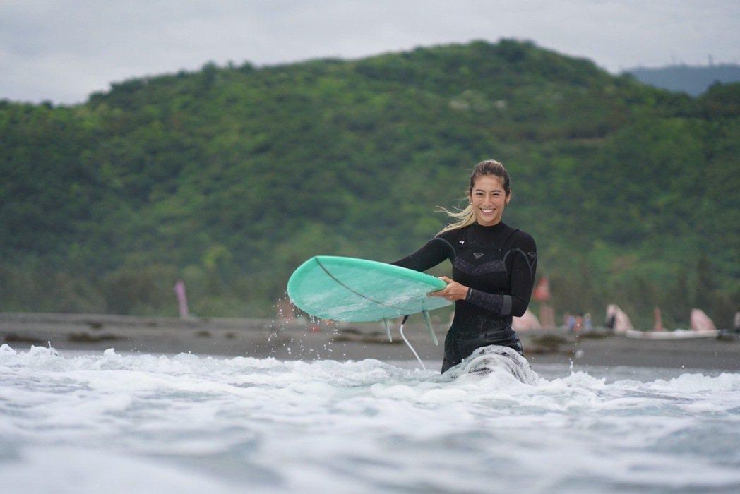 瑞瑪席丹今年生日送給自己一趟墾丁之旅與一個全新的「衝浪板」。圖/彥恩國際提供