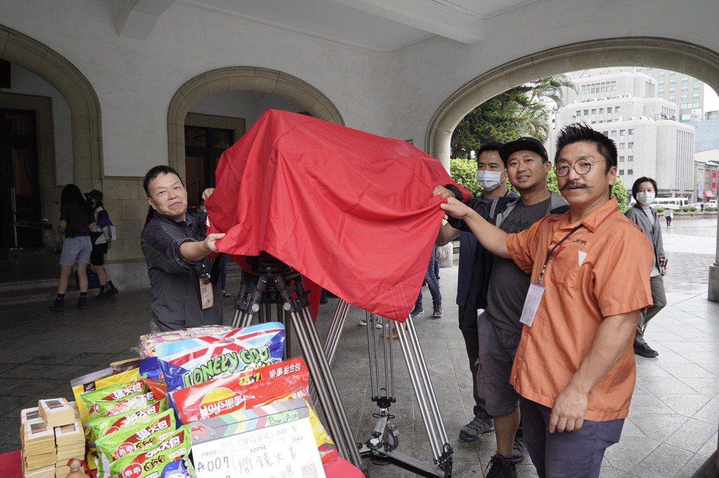 監製王小棣(左起)、導演北村豐晴「綠島金魂」出席開鏡,祈求拍攝平安。圖/拙八郎提...