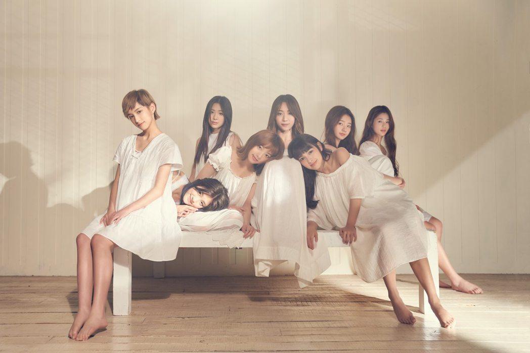 PINK FUN在新歌「愛呦」MV,顛覆以往舞力全開,以芯(左起)、朵莉、Nic
