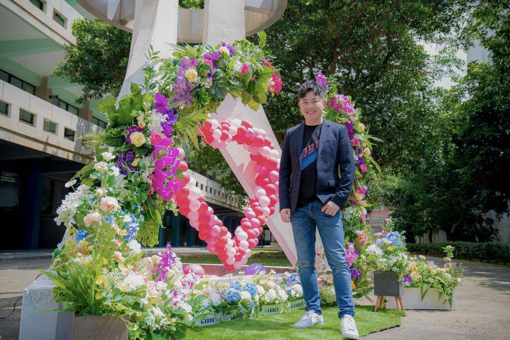 李明川在明新科大校園指導師生打造街頭花藝裝置藝術。圖/李明川提供