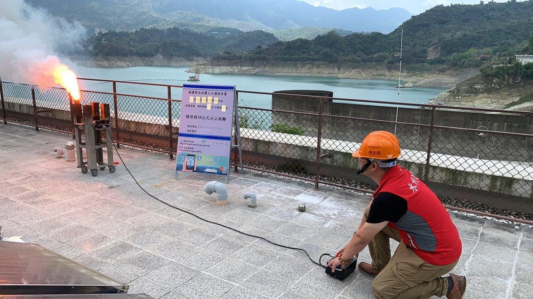 水利署人工增雨團隊今天下午在曾文水庫大壩進行增雨作業。圖/南水局提供