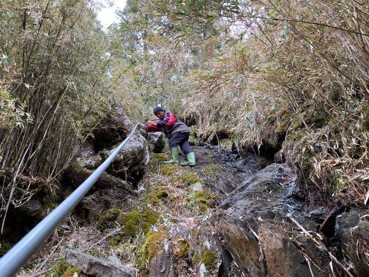 玉山排雲山莊因上方水源已乾凅,現在只能靠柴油發電機啟動抽水方式,遙遙長途打水到山...