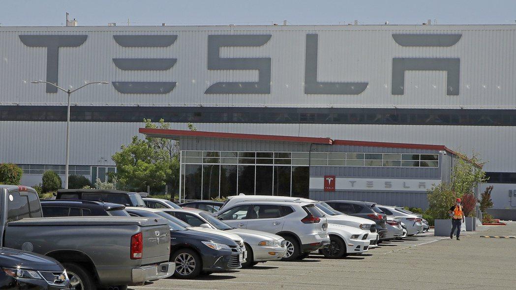 電動車大廠特斯拉即將失去一個重要收入來源,因為由PSA集團和飛雅特克萊斯勒合併成...