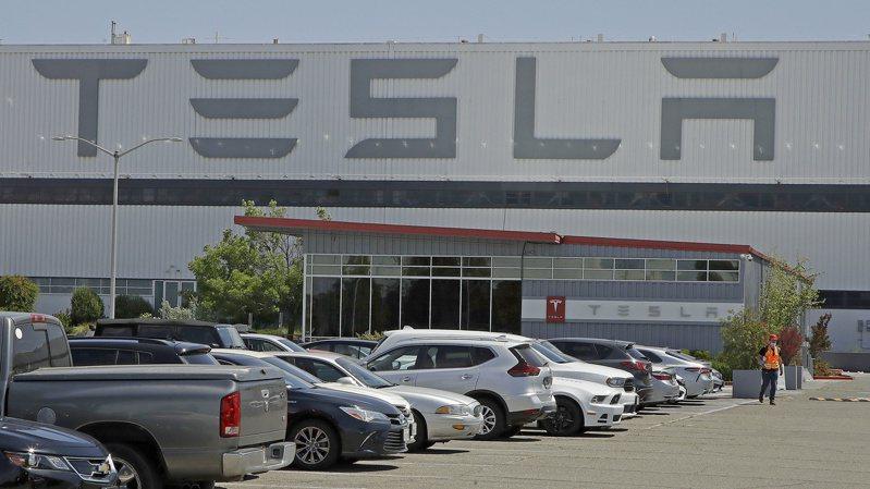 電動車大廠特斯拉即將失去一個重要收入來源,因為由PSA集團和飛雅特克萊斯勒合併成立的汽車製造商Stellantis NV公司,決定將退出與特斯拉簽訂的歐洲排放信用協議。美聯社。