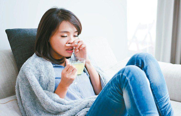 出現喉嚨痛時,可以喝熱金桔或檸檬水,緩解感冒症狀。圖╱123RF