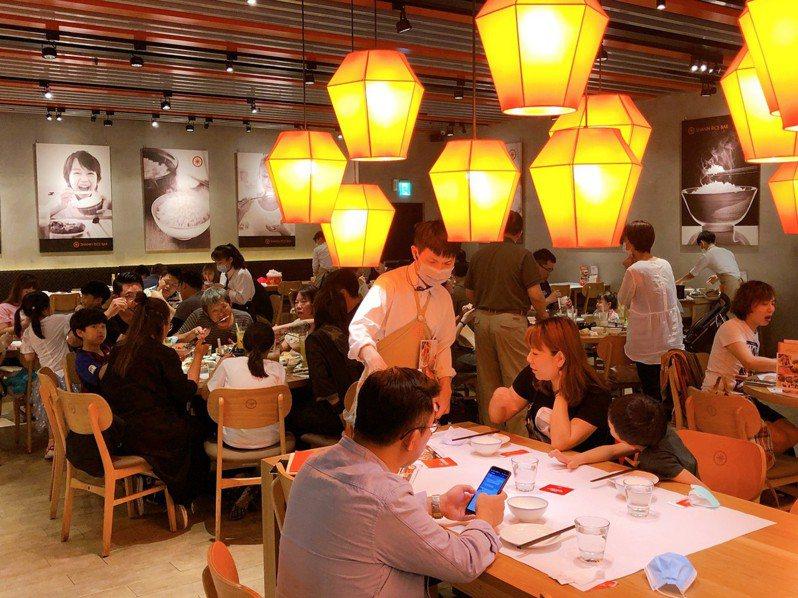 疫情雖然拉警報,但母親節聚餐訂位似不受影響,多數餐飲業的訂位仍是滿滿。資料照片/環球購物中心提供
