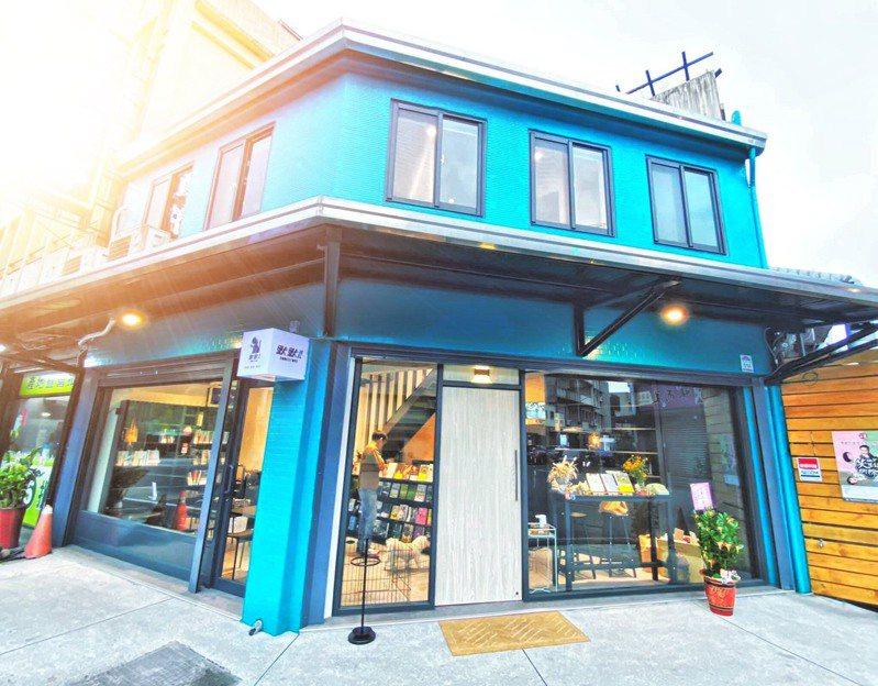 湖水綠的默默書店外觀吸引人,書只借不賣,歡迎大家來看書交流。圖/康仕楷提供