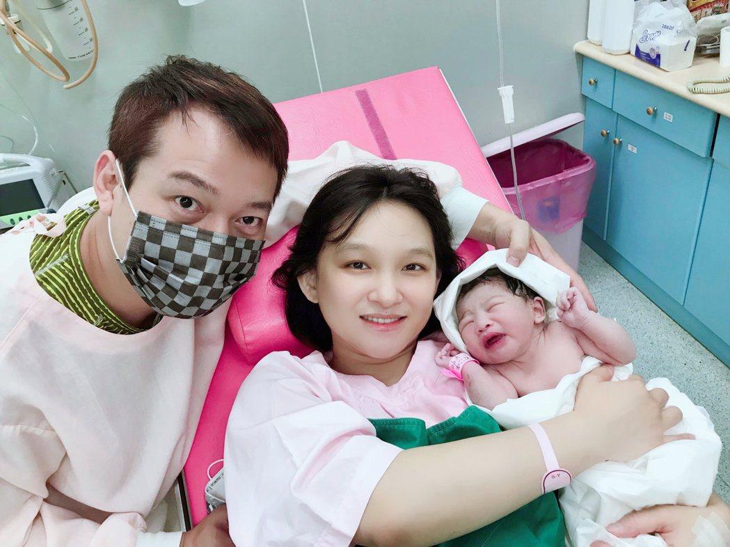 林良歡(中)和男友喜迎第2胎女兒。圖/豪記唱片提供