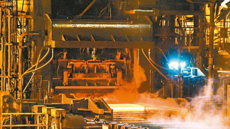 經濟部長王美花昨日表示,歐盟將在2023年針對高耗能進口產品課徵碳關稅,預料台灣銷往歐盟的鋼鐵、水泥及石化等會受影響。圖為鋼廠生產線。 (本報系資料庫)