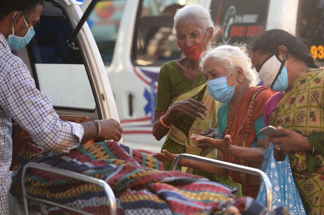 全球染疫死亡人數連7周上升,圖為5日印度民眾在病故親人旁哀悼。法新社