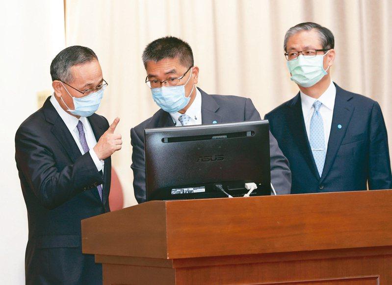 「蟑螂之亂」惹議,內政部長徐國勇(中)及警政署長陳家欽(左)昨在立法院宣示打擊黑道。記者潘俊宏/攝影