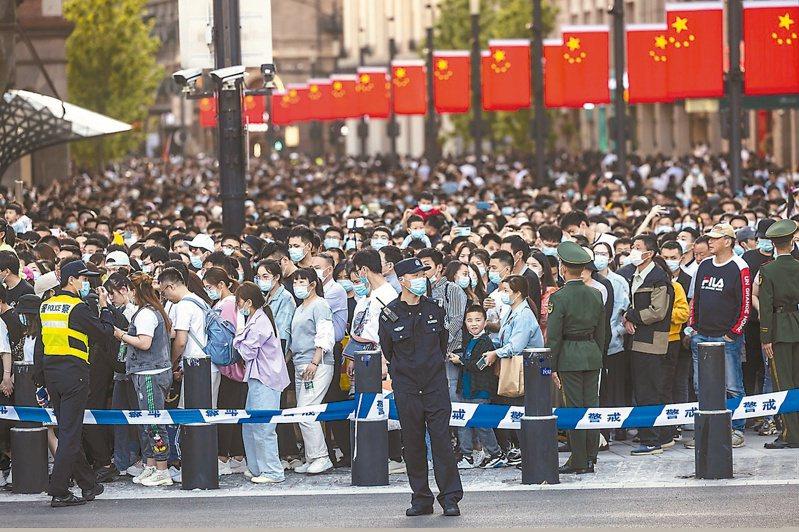 今年大陸「五一」假期境內旅遊強勁復甦,出遊人次達二點三億人次。圖為「五一」期間接待旅遊人數創新高的上海外灘。(歐新社)
