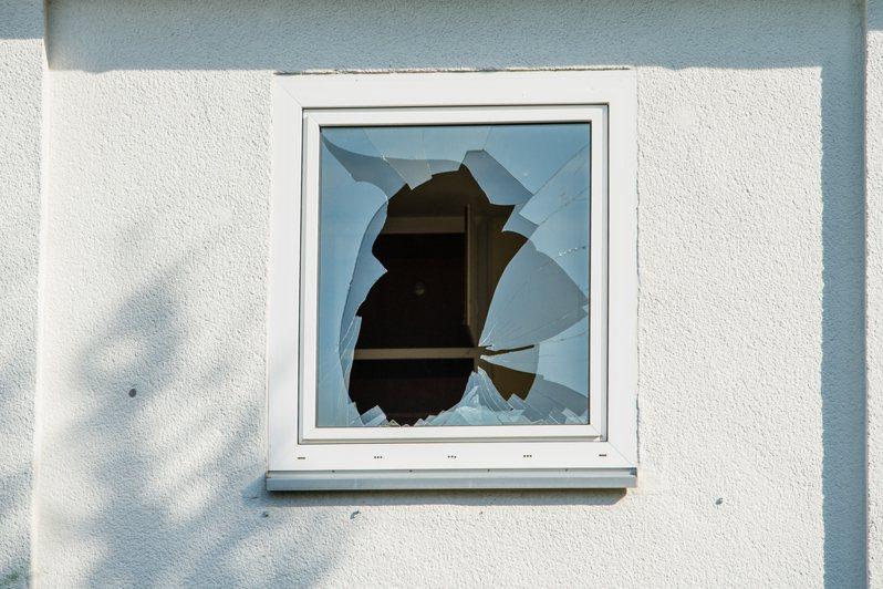 「破窗效應」指的是若放任環境中的不良因子存在,負面效應就會不斷擴大,最後演變成災難。圖/Ingimage