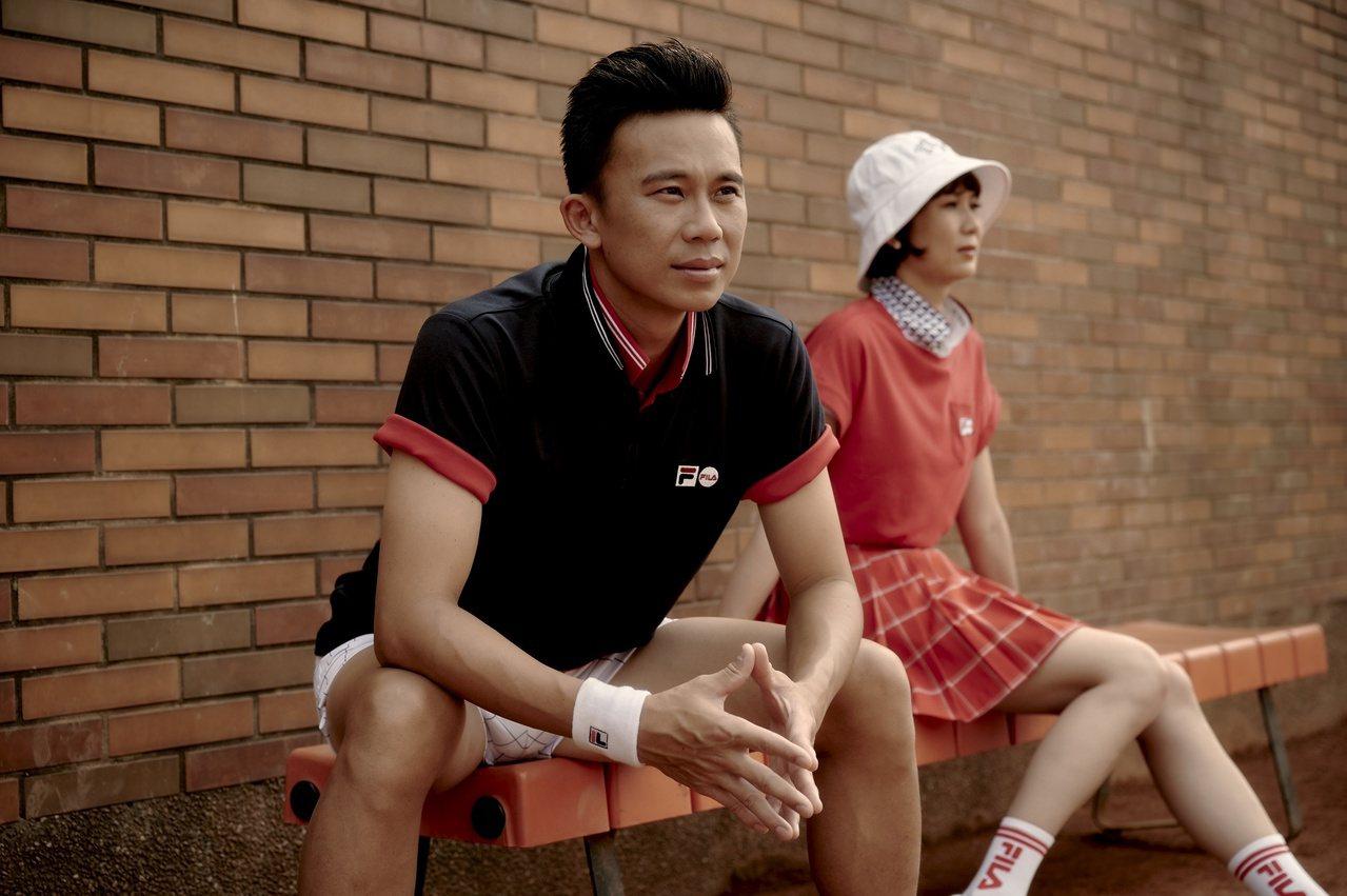 FILA冠軍紀念網球衫系列男裝1,980元、女裝1,680元。 圖/FILA提供