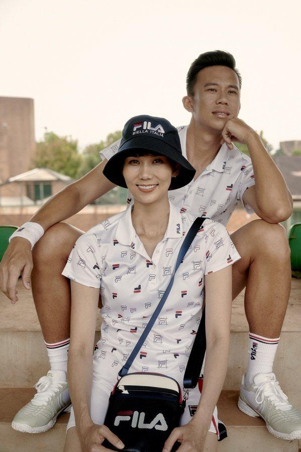 FILA冠軍紀念系列全印LOGO涼感網球衫,男裝2,280元、女裝2,080元。...