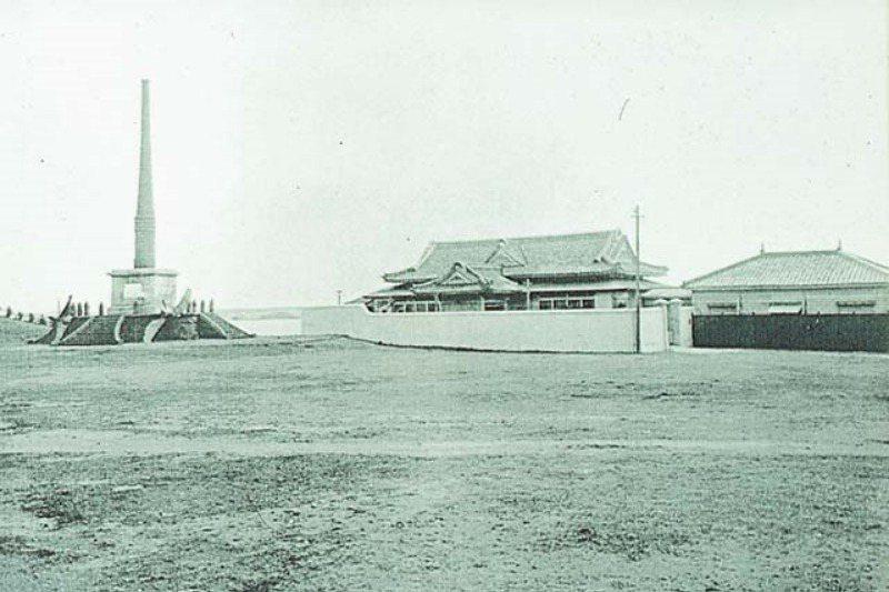 澎湖日治時期的松島艦紀念公園,前有慰靈碑,後有紀念館,現為馬公市仁愛路停車場。 圖/取自維基百科