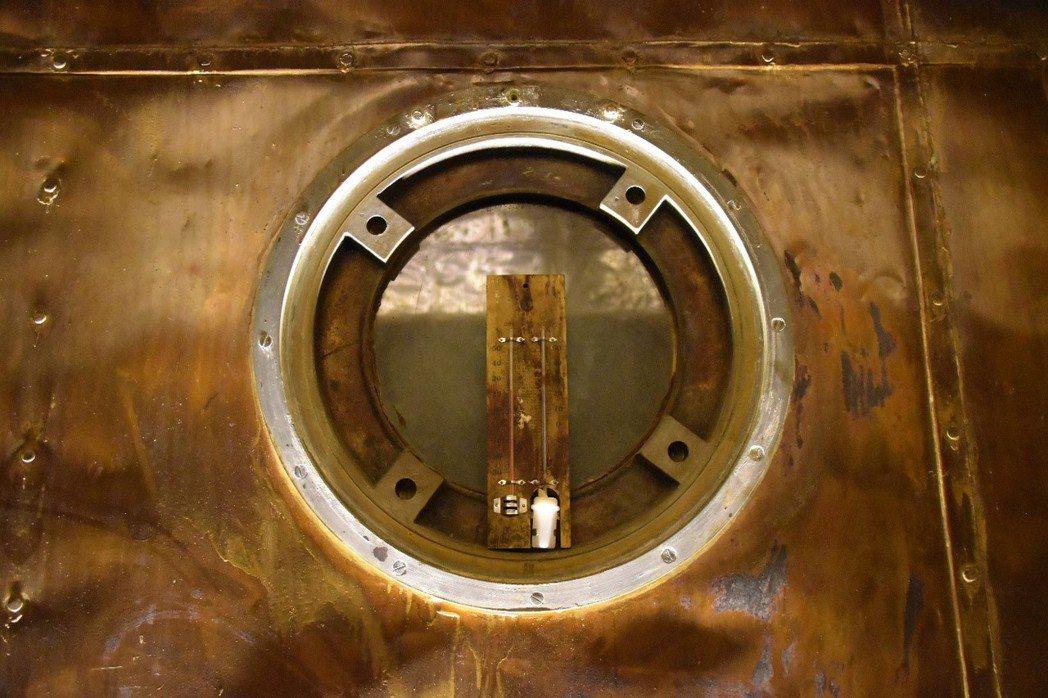 洞窟式彈藥庫內的溫溼計,旁邊牆體佈滿銅片,徹底隔絕電磁脈衝與溼氣。 圖/網友提供