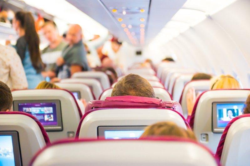日本一位網友在搭飛機時,被後座的一位小孩猛踹椅背,即使跟小孩父母反應也沒用。飛機座艙示意圖,非當事人及事物。圖片來源/ingimage