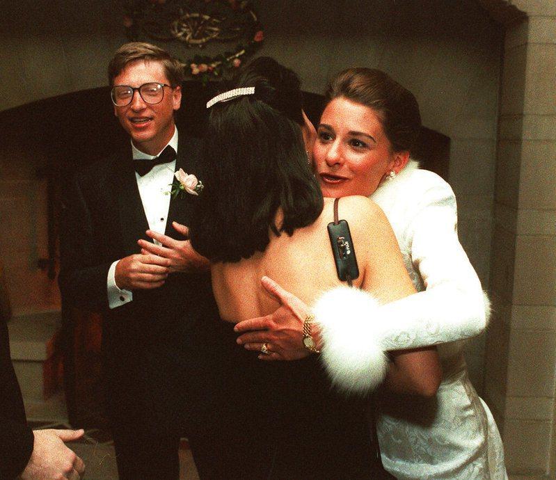 圖為1994年1月9日,比爾·蓋茲和新娘梅琳達在西雅圖的一家私人莊園的接待處迎接客人;在此之前的前一週,這對夫婦在夏威夷結婚。2021年5月3日他們宣布離婚,結束了長達27年的婚姻。美聯社檔案照
