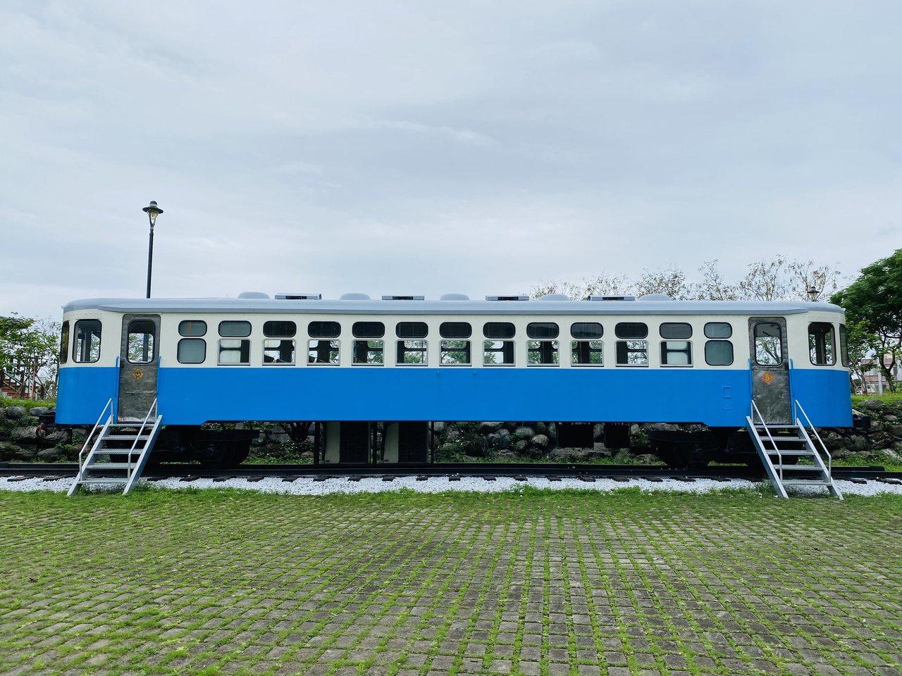 俗稱「東線小叮噹」的車廂曾行駛於東部,報廢後在櫻花公園展示。 圖/王思慧 攝影