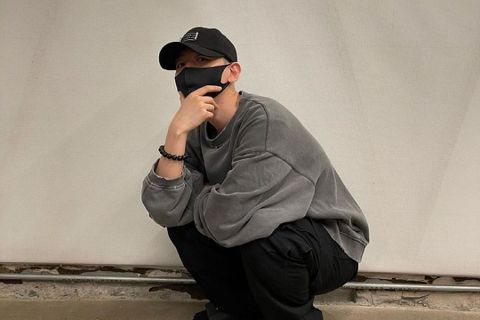 EXO伯賢6日迎來29歲(韓國年齡30歲),也是他展開軍旅生活的第一天。伯賢5日曬出休閒照,並寫道「我會安全回來」,照片中他戴著口罩、帽子,能可看出已剃成小平頭。6日他則在官咖曝光完整小平頭模樣,以...