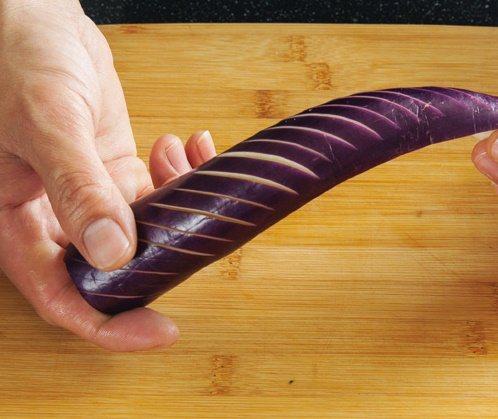 茄子先對半縱切,於表面畫斜刀(不切斷)後再切長段。 圖/台灣廣廈 提供