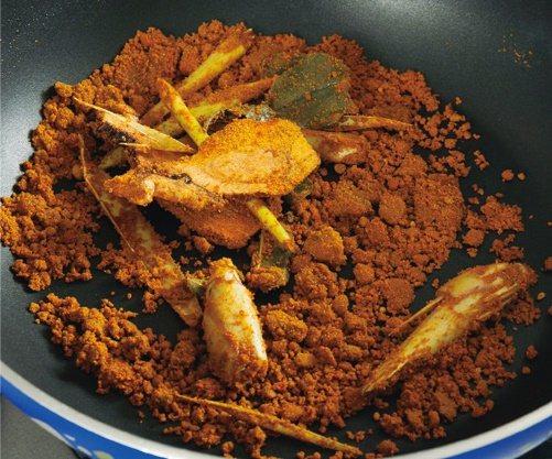 熱鍋倒入少許油,以中火煸過香茅、南薑、檸檬葉後,加入素咖哩粉、辣椒粉以小火乾炒至...