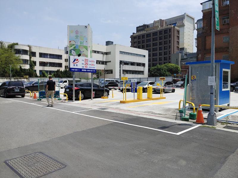 北市信義區的一處停車場,近日被網友發現出入口有紅線外還有停車格,不禁讓人納悶「這裡真的能停嗎?」 圖擷自《信義區三兩事》