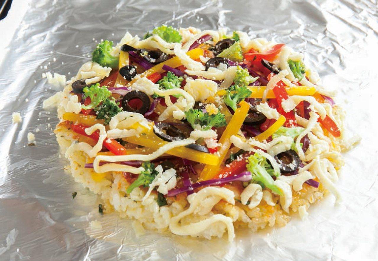 烤箱事先預熱好,放入米披薩以200°C烤約10分鐘,烤至起司融化即完成。 圖/台...