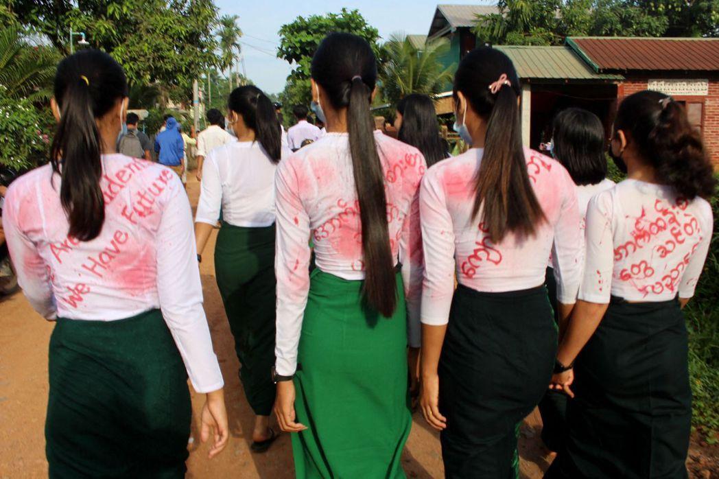 圖為在緬甸德林達依省首府土瓦抗議的示威者。 圖/法新社