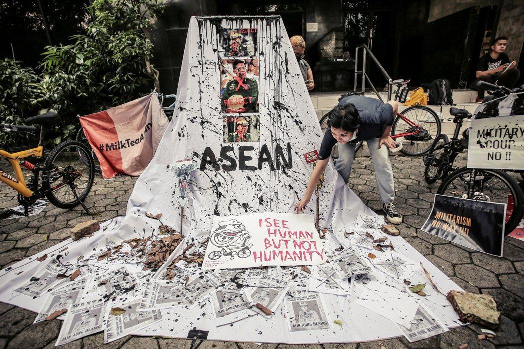 圖為在雅加達抗議緬甸政變的示威者。 圖/法新社
