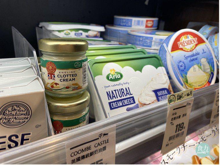 台灣較少見到專門塗抹於司康的奶油醬(左二),在進口食品超市中經常會與貝果抹醬,以...