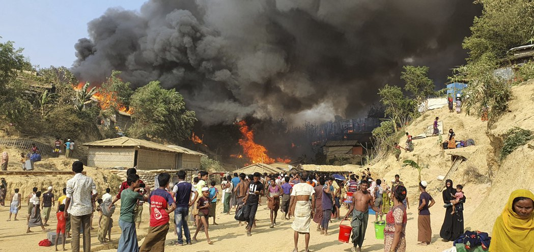 圖為3月22日位於孟加拉邊境的羅興亞難民營發生大火,當地難民損失慘重。 圖/美聯...