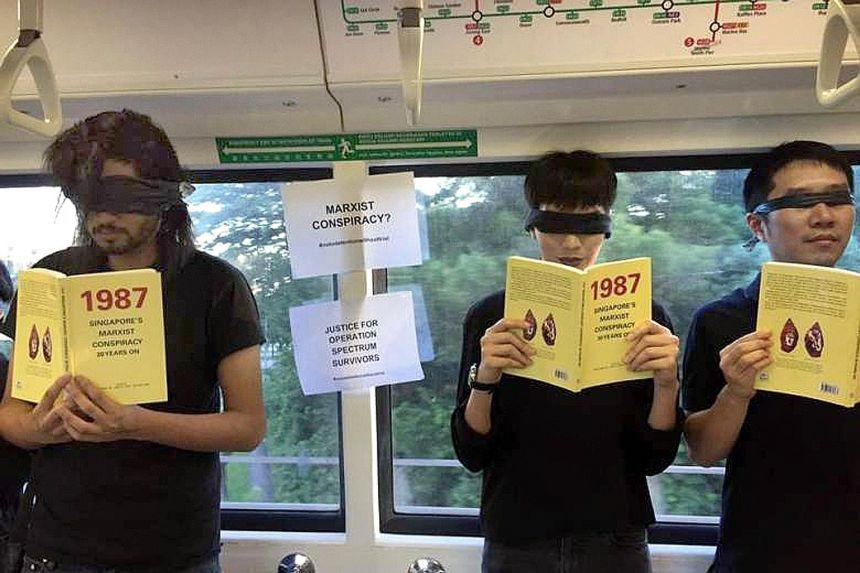 圖為新加坡社運人士范國瀚(Jolovan Wham,右)於2017在捷運車廂內手...