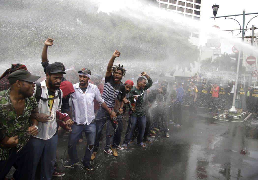 圖為2016年12月1日,來自西巴布亞省 的示威者在欲上街雅加達抗議之時,遭警方...