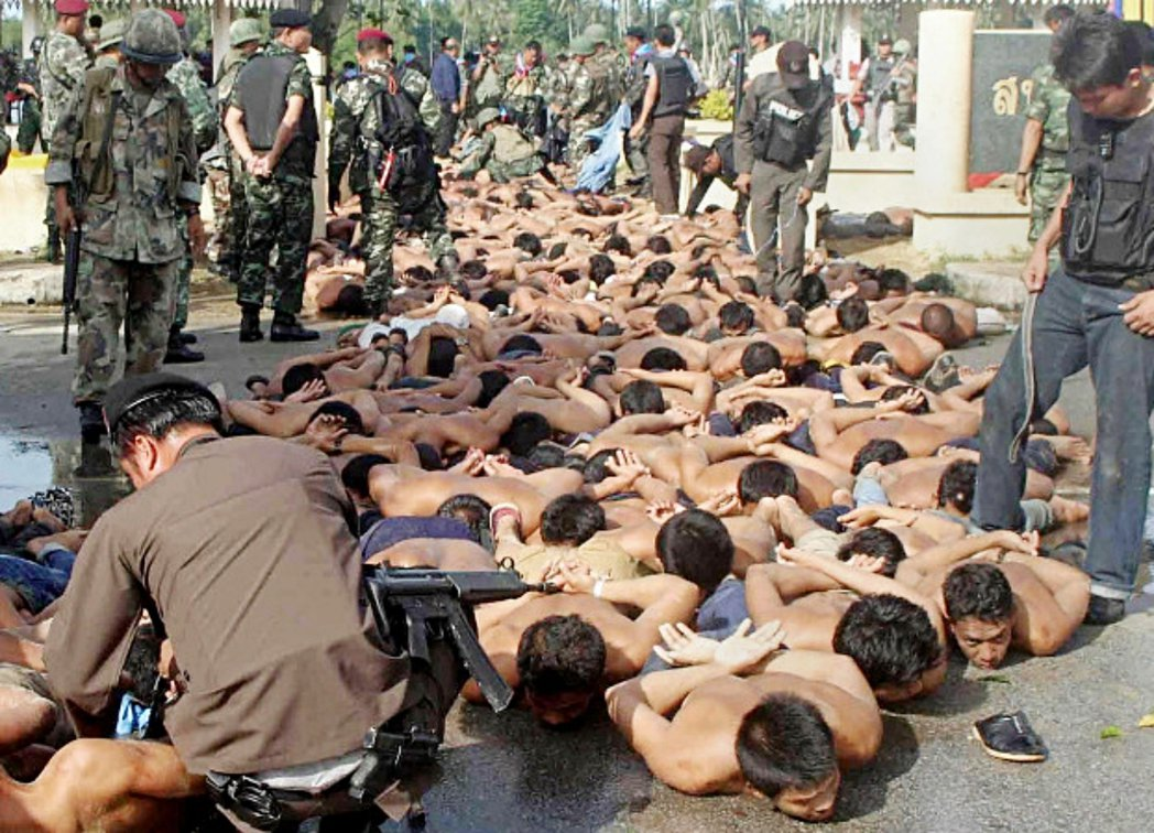 塔克辛2004在南部鎮壓馬來民族的獨立運動,釀成至少85人死亡的榻拜慘劇。圖為當...