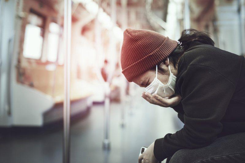 現今許多國家明令,搭乘大眾運輸工具時須配戴口罩。示意圖/Ingimage