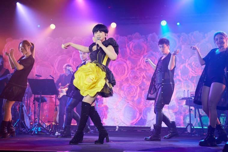 ▲今年3月她圓夢開個唱,一個人2小時、唱完15首歌、換4套衣服。 圖片來源/周思...