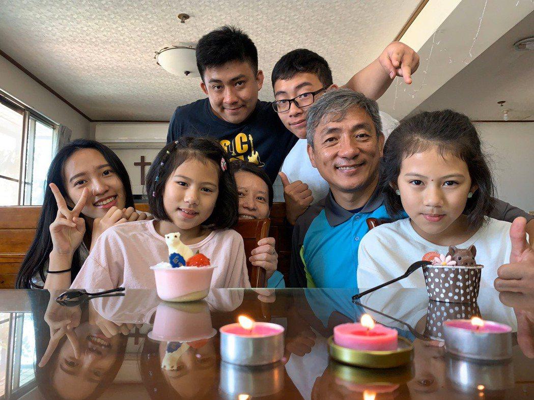 來自單親家庭的詩景牧師(右二)把陪讀班的孩子當成自己的孩子。中華基督教救助協會/...