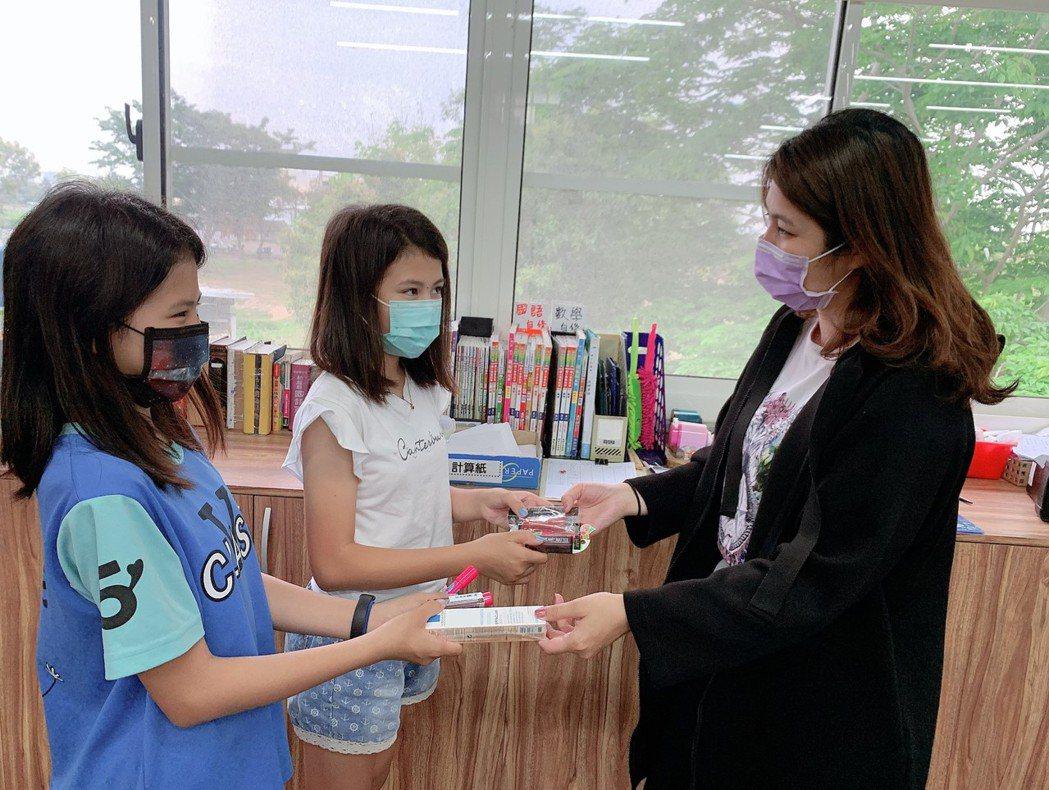 孩子們獻上陪讀班所募集的彩妝保養品給辛苦的媽媽。中華基督教救助協會/提供