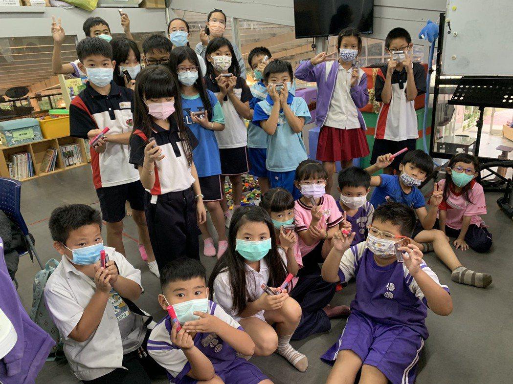 母親節前夕,台灣萊雅、理想家生活用品捐贈美妝保養品體恤辛勞的媽媽。中華基督教救助...