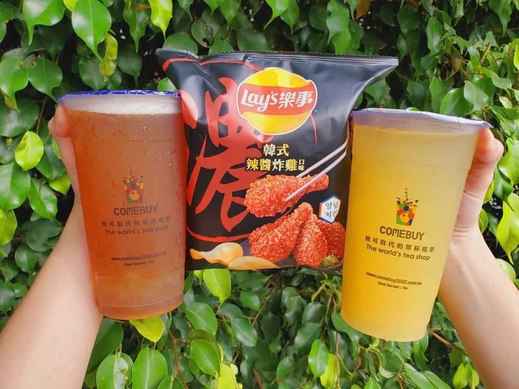 COMEBUY鳳梨及蘋果冰茶任2杯贈送樂事韓式辣醬炸雞口味洋芋片一包。業者/提供