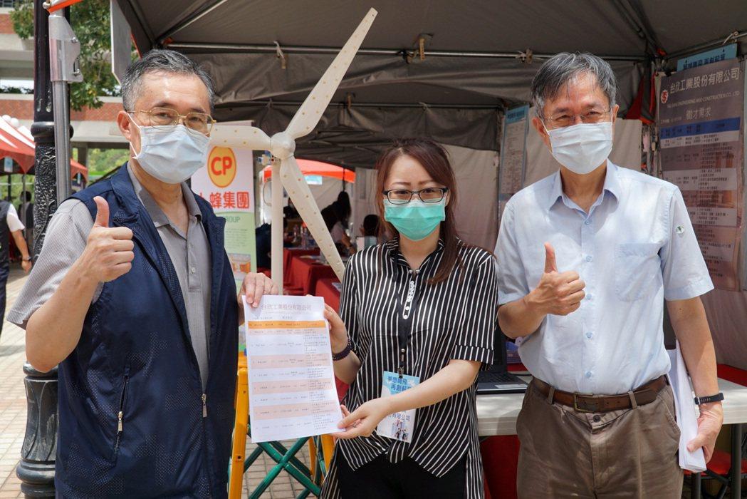 風電產業廠商向工學院院長李清華(左)預約未來人才。 崑山科大/提供。