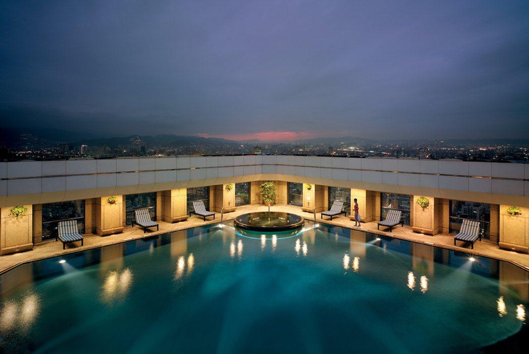 在香格里拉台北遠東飯店享受全台最高泳池,度過美好假期時光。 業者/提供