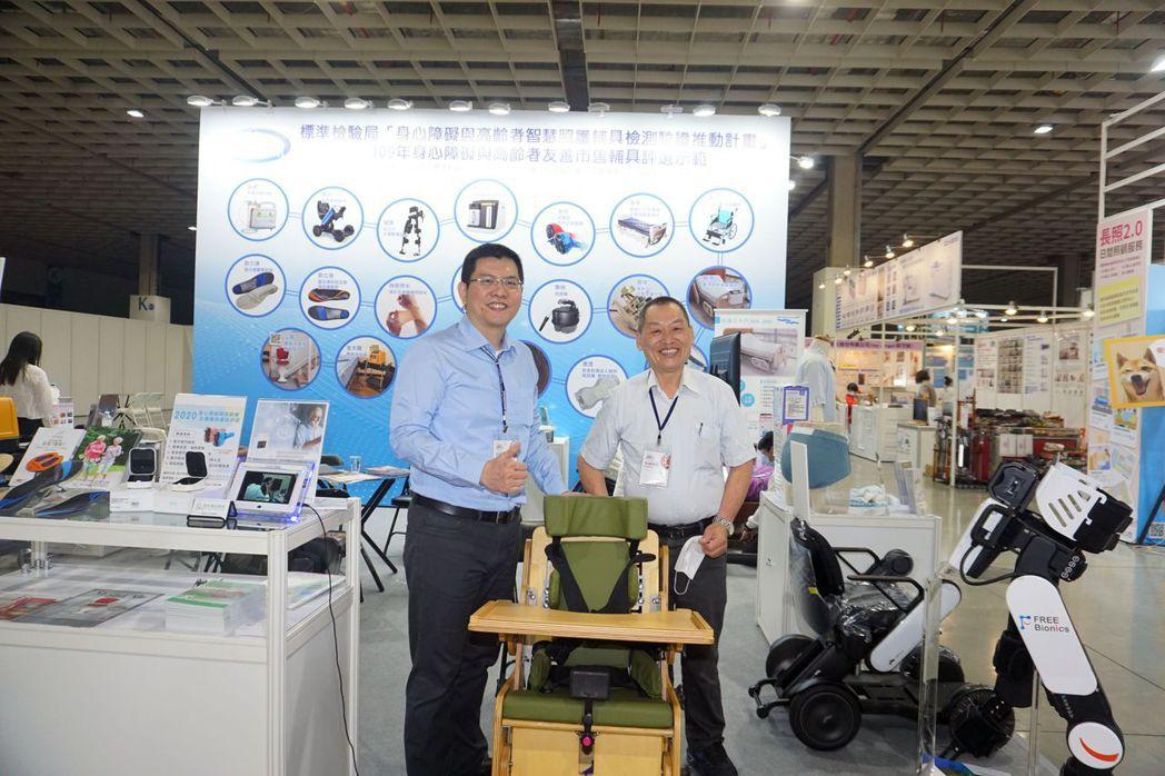 晉祥醫材負責人李權霖(右)介紹瑪利亞成長型擺位椅。 金屬中心/提供